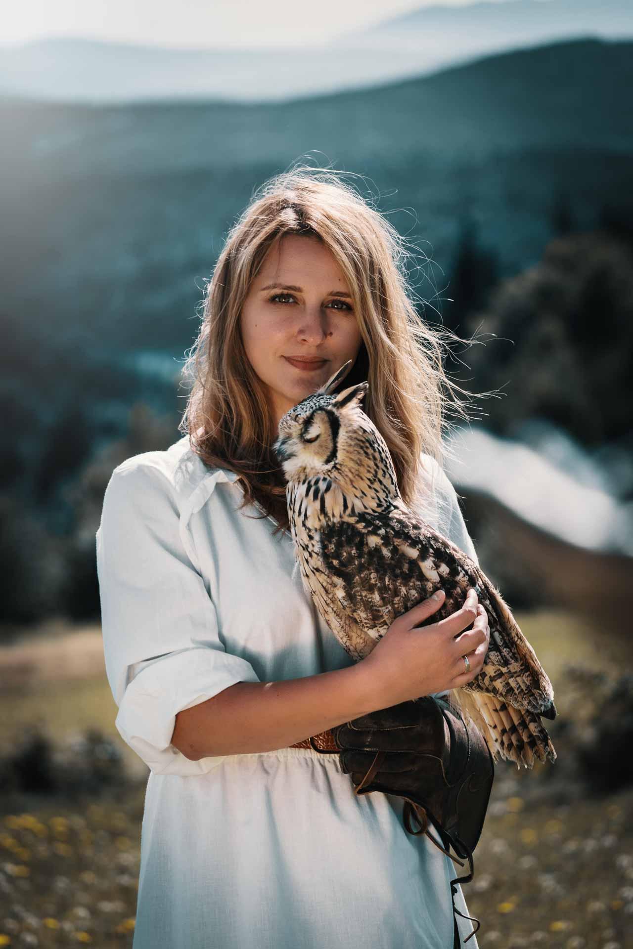sesja z sową dzikimi ptakami dziewczyna portret